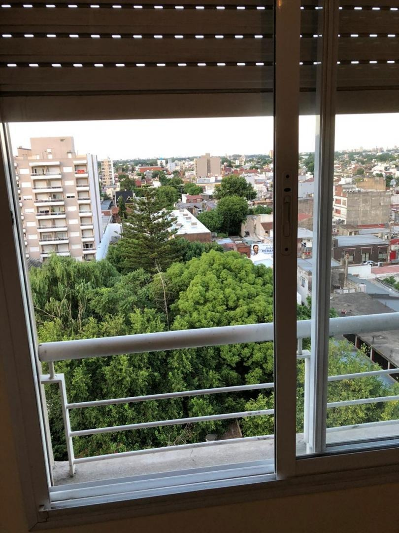 caseros: departamento de 2 ambientes 9no piso contrafrente; 42m2 con balcon; apto profesional f: 8109
