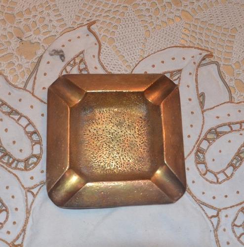 cenicero de bronce.