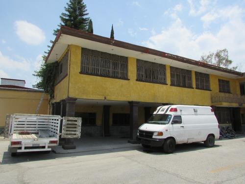 céntrico predio con amplio patio, oficinas y área de almacen