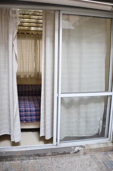 centro. cómodo ambiente con patio. alquiler temporario sin garantías.