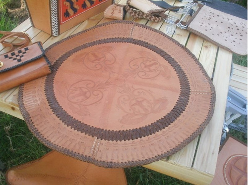 centro de mesa o caminero en cuero trabajado artesanalmente