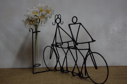 centro de mesa pareja  en bici doble con florero