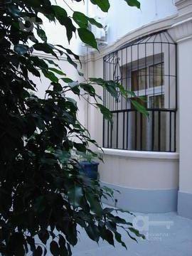centro. duplex de 2 ambientes reciclado. alquiler temporario sin garantías.