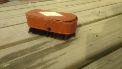 cepillo lustra zapatos para viaje con latas para pomadas