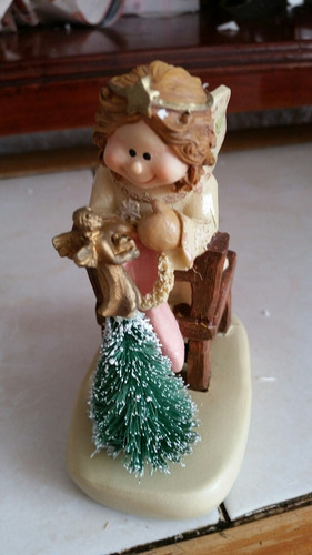 ceramica de angel viendo el pino