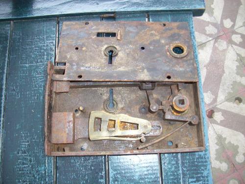 cerradura antigua,porton madera o reja de hierro.