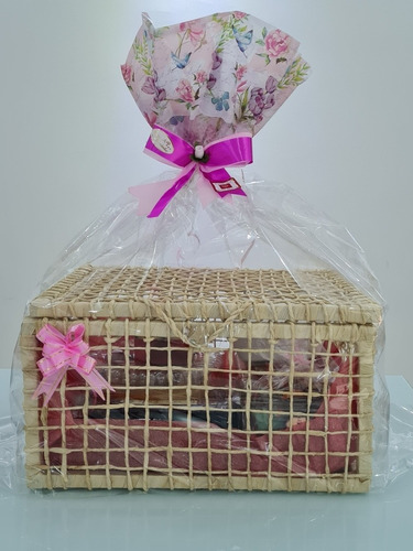 cesta de café da manhã e festa na caixa
