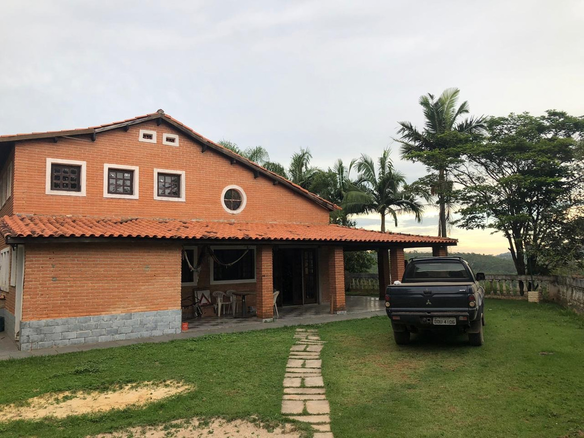 chácara com área de 2.000 m², casa com 03 suítes !!