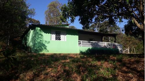 chácara com área de 2.741 m², casa com 2 dormitórios.