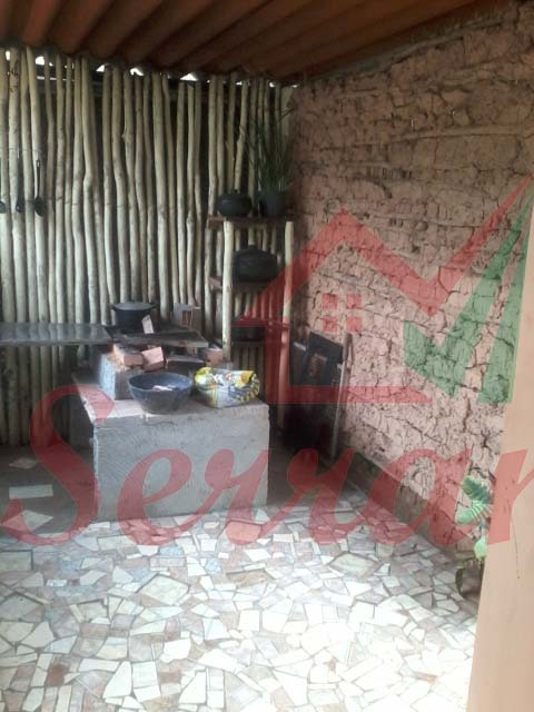 chácara com casa avarandada e cozinha caipira