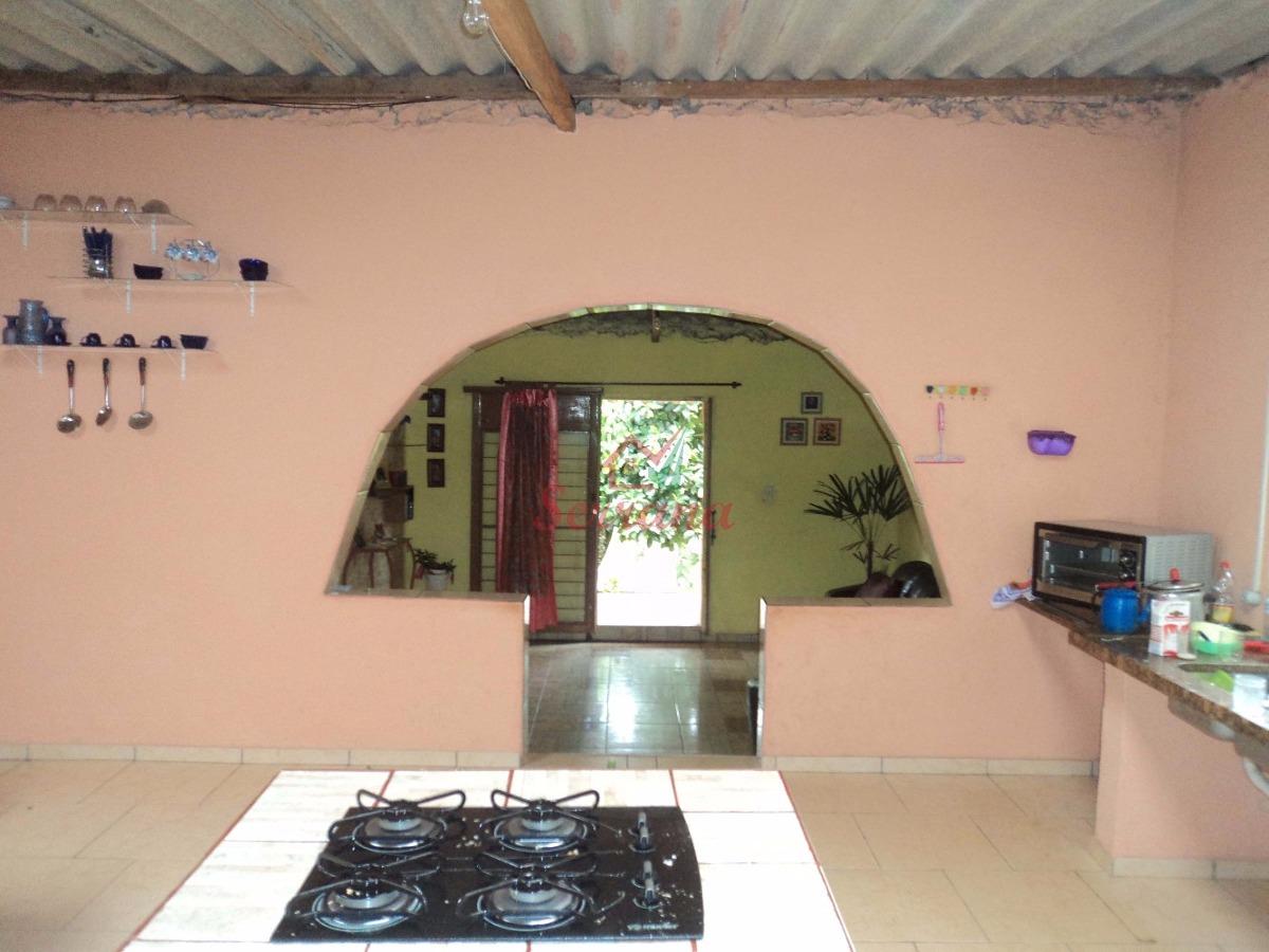 chácara com casa simples e cozinha caipira