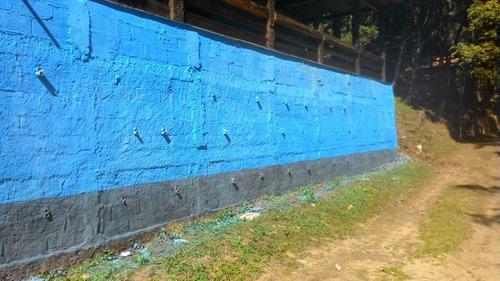 chácara com chale de madeira em frente a represa