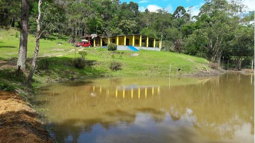 chácara com grande lago e área de churrasco