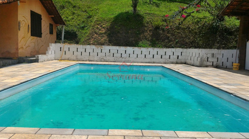 chácara com piscina e área de churrasqueira
