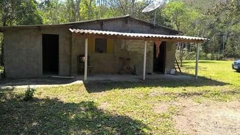 chácara com riacho e casa simples