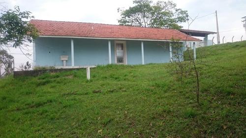 chácara de 1.500 m² com casa simples, em condomínio fechado.