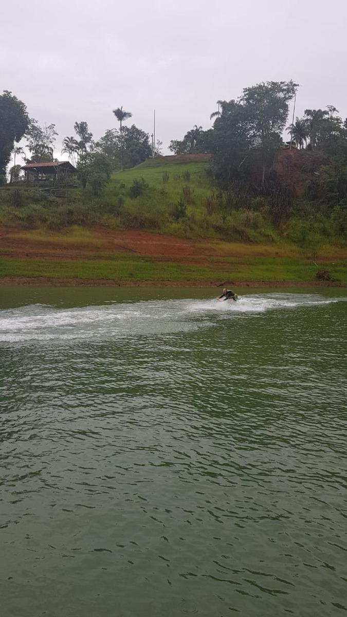 chácara em igaratá pé na água de frente com a represa.