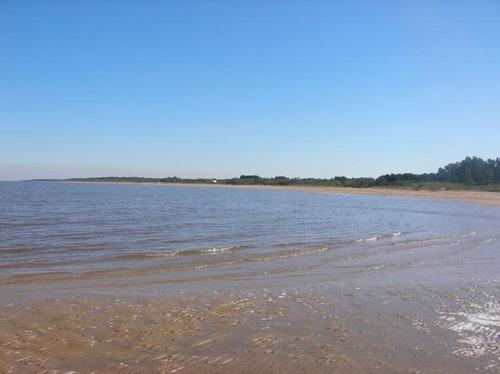 chacra de 5 has. a 15 km. de colonia sobre el rio de la plata. unico!