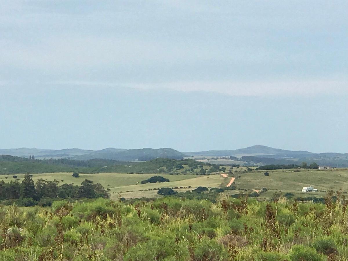 chacra, nacientes vertiente, amplias vistas a las serranías.