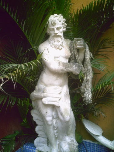 chafariz estatua de netuno antigo em cimento queimado antigo