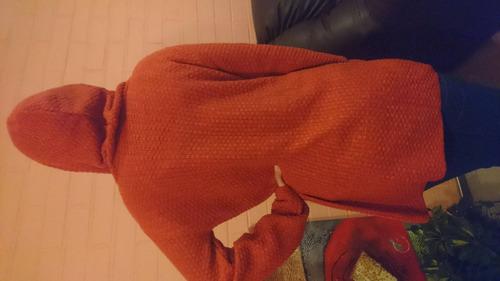 chaleco estilo tapado con gorro en dos colores más bordados