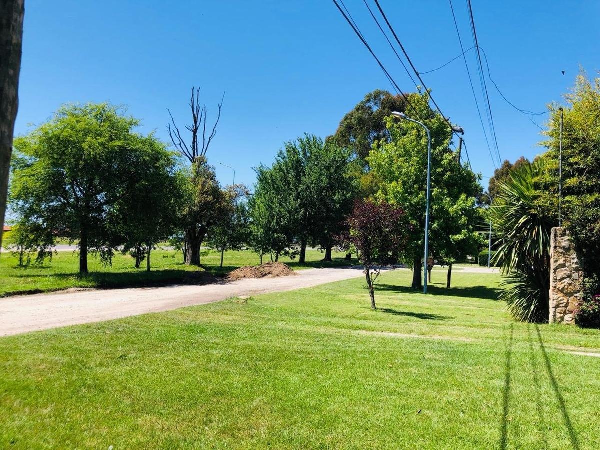 chalet 3 ambientes con parque y cochera en barrio la florida