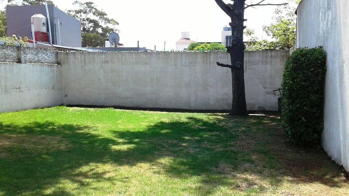 chalet 3 ambientes con parque y garage