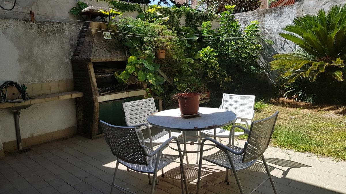chalet 4 amb en 2 plantas con jardín y garage.