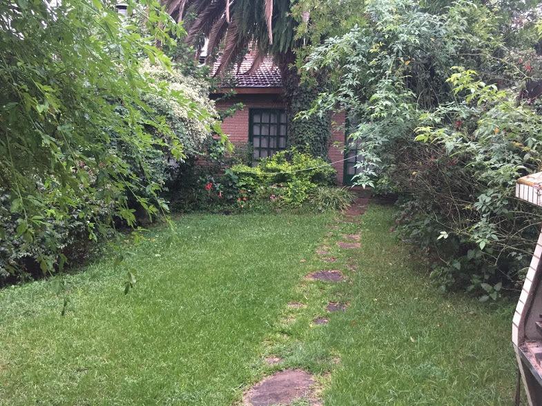 chalet 4 ambientes con jardin
