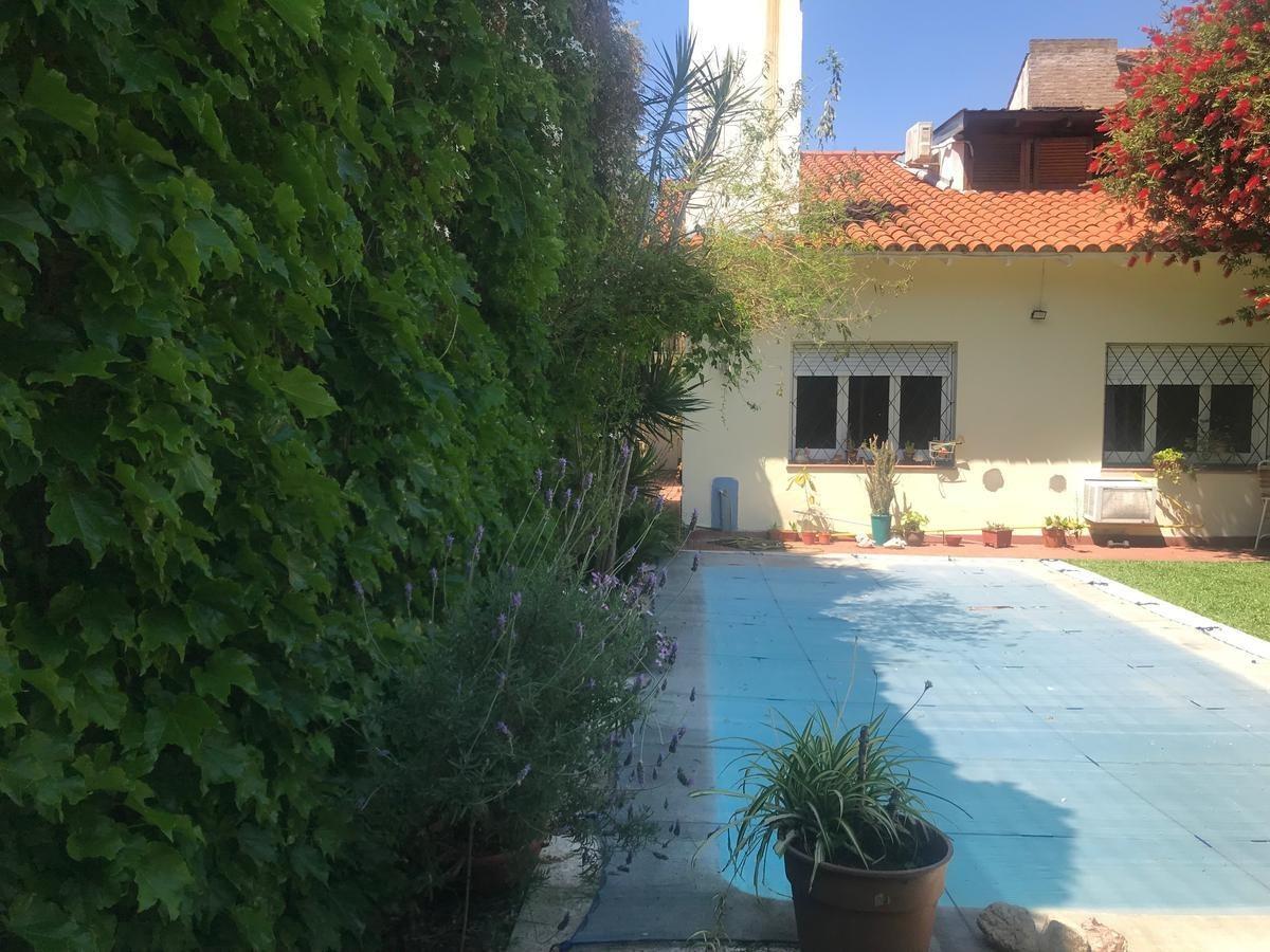 chalet 4 ambientes, excelente jardin, pileta y parrilla.