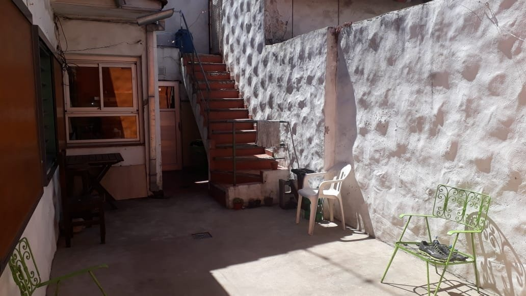 chalet 4 ambientes. patio. quincho. zona chauvin.