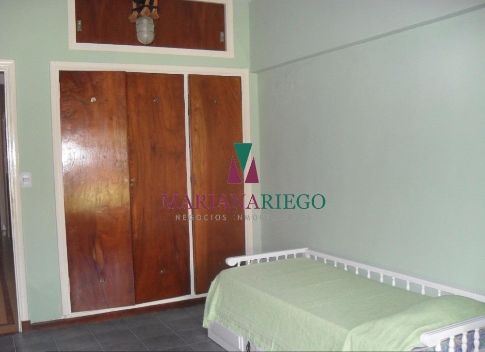 chalet 4 dormitorios con departamento y quincho. miramar