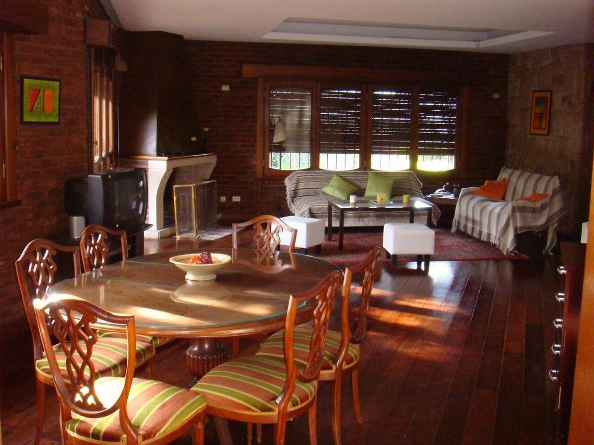 chalet 4 dormitorios- doble habitacion de servicio y baño- garage doble- jardin