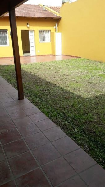 chalet 5 ambientes con cochera y jardin