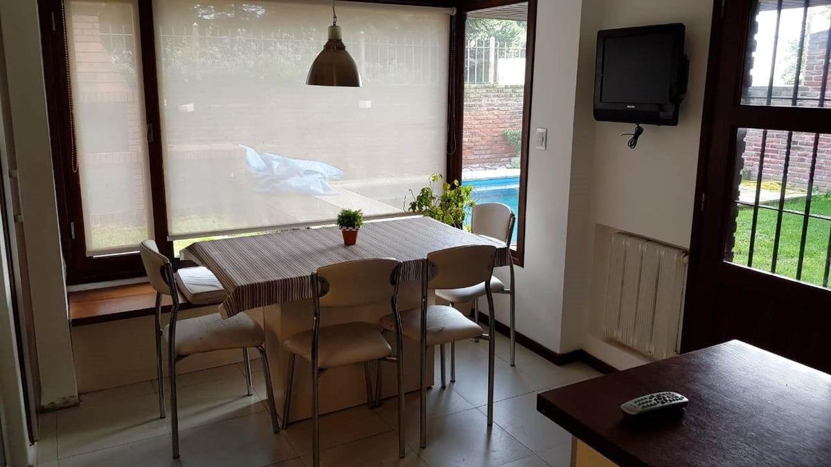 chalet 5 ambientes con garage-quincho para dos autos. zona chauvin