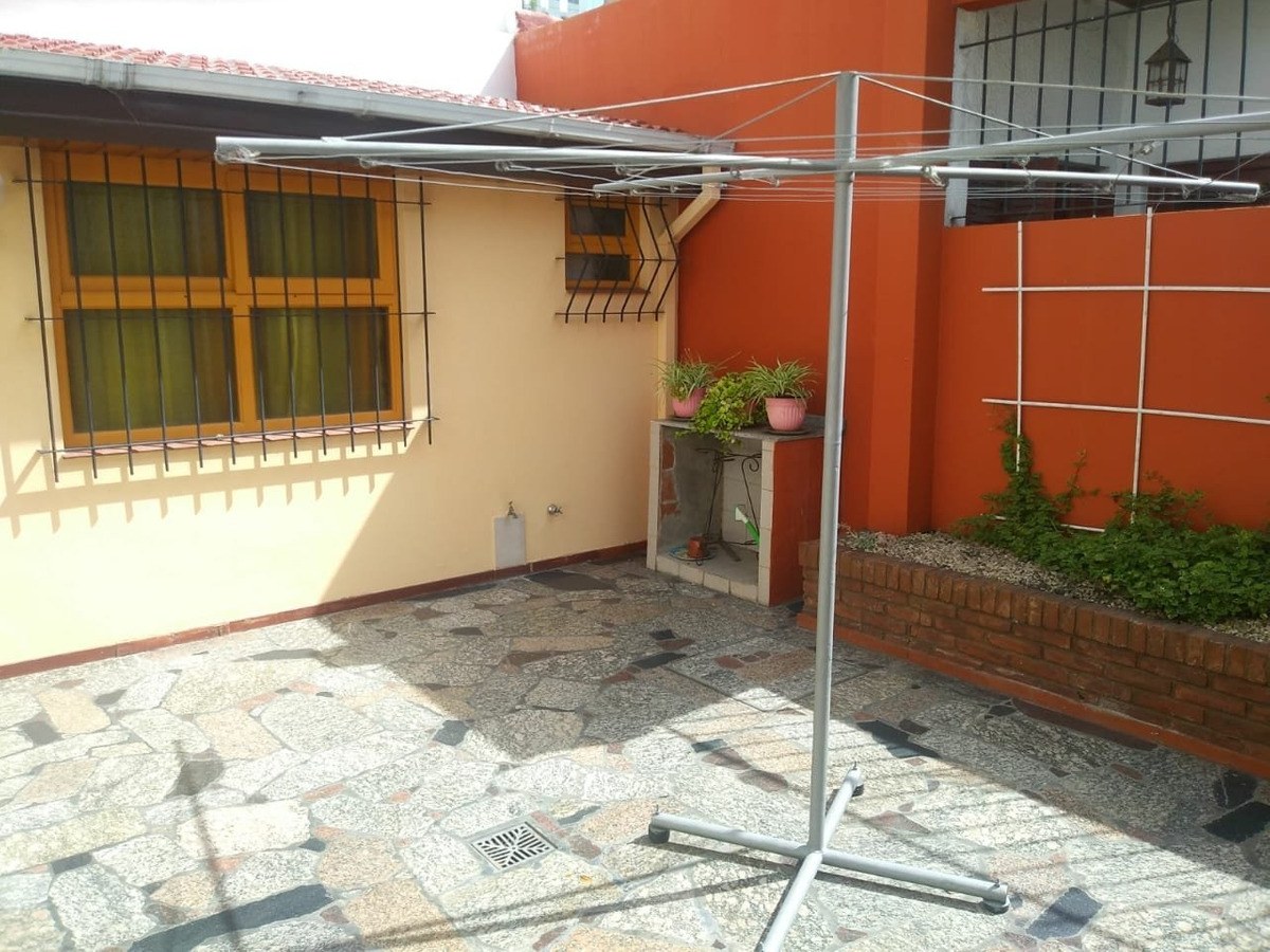 chalet 5 ambientes de categoría en ph al frente totalmente independiente, con garaje doble y patio en zona san juan