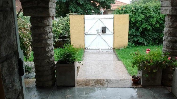 chalet 5 ambientes en esquina. garage/quincho zona chauvin