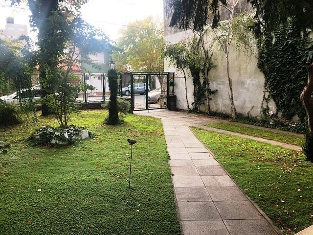 chalet 5 ambientes. patio con parrilla. zona chauvin