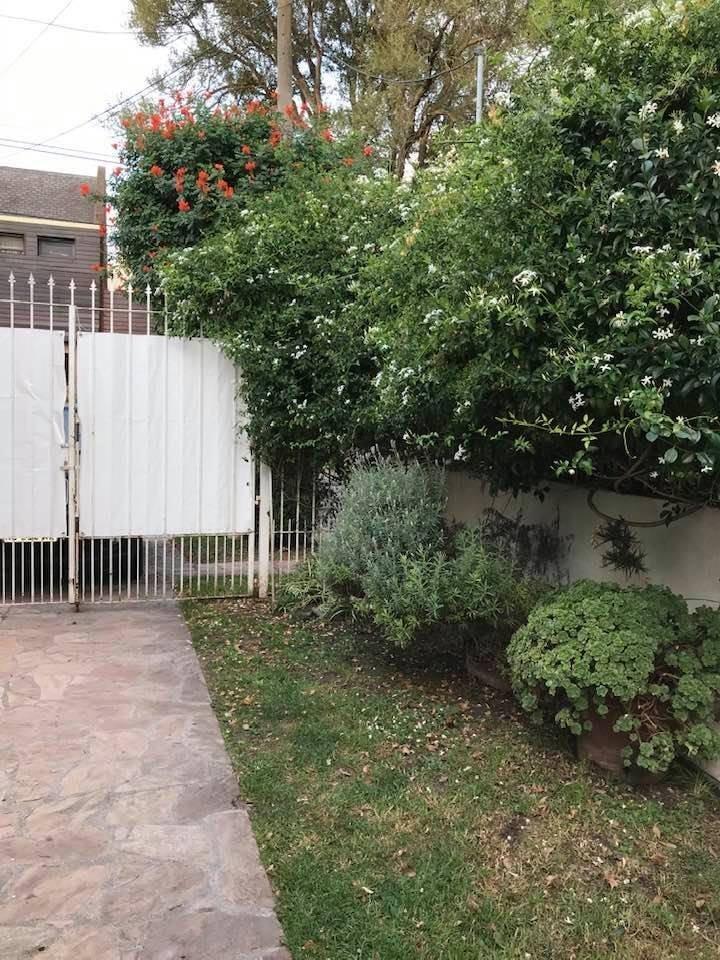 chalet 6 ambientes con patio, jardín y garage