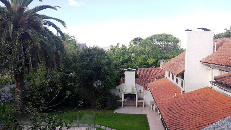 chalet 6 ambientes en lote de 660 metros. garage para tres autos, quincho, parque.  zona villa victoria