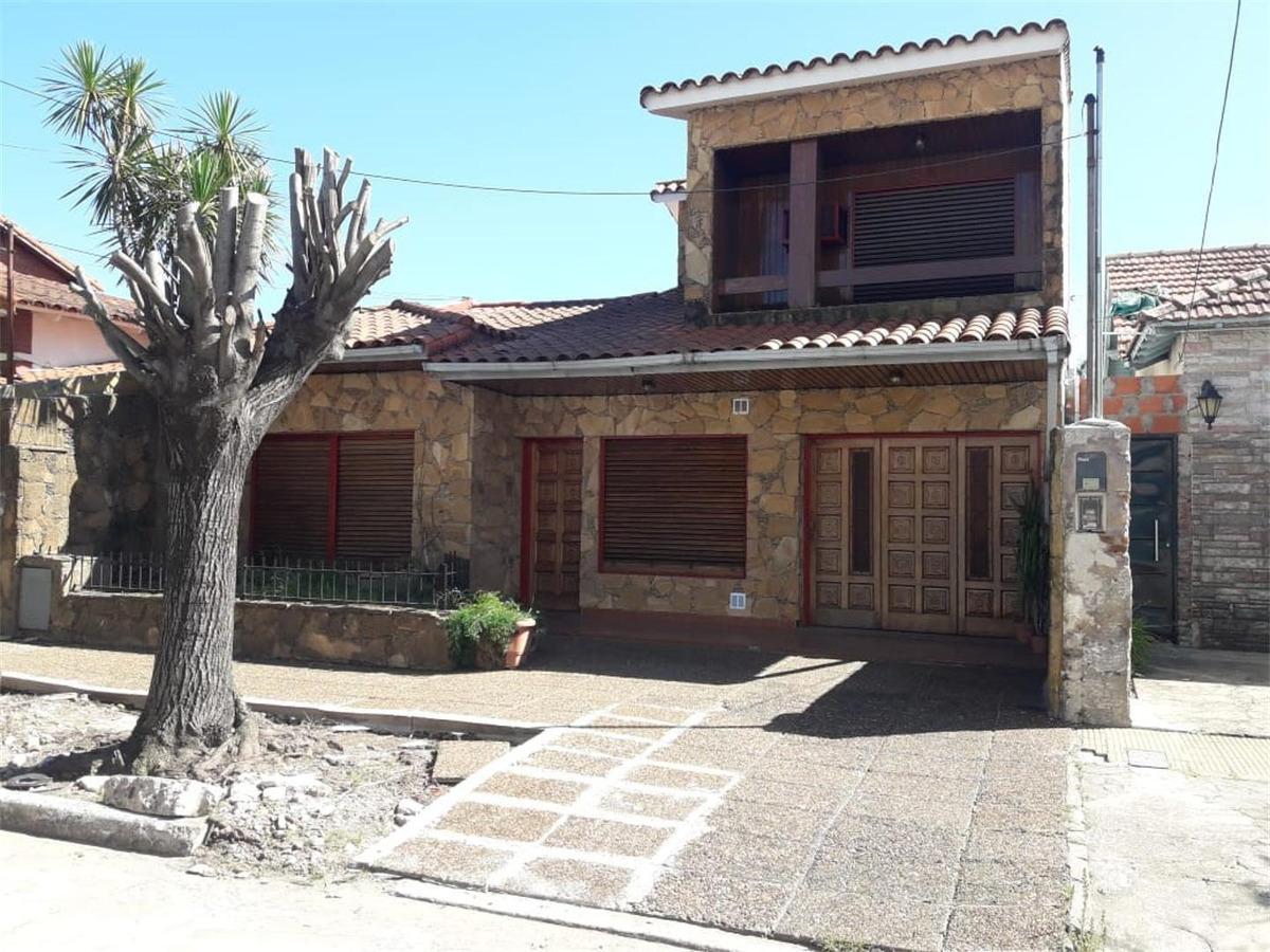chalet con patio pileta en zona residencial de banfield