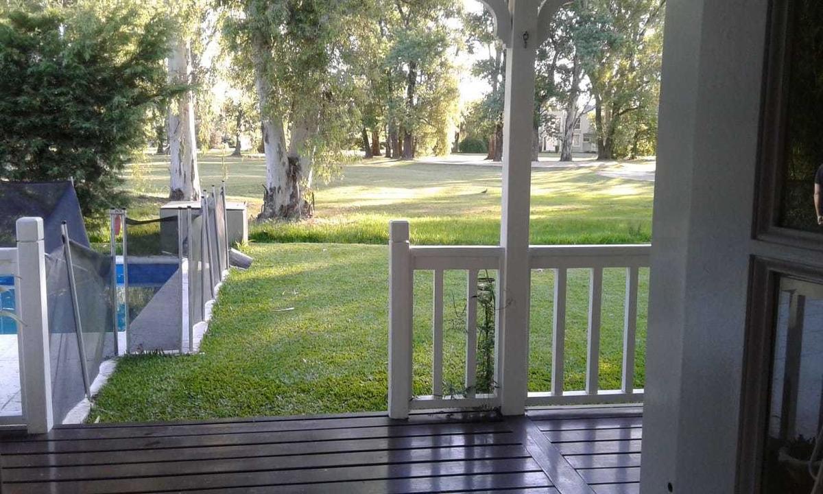 chalet con vista al golf y piscina en country el paraiso
