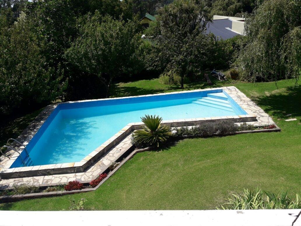 chalet construido sobre dos lotes , gas natural,  quincho, piscina, parque, hermosos entorno!!