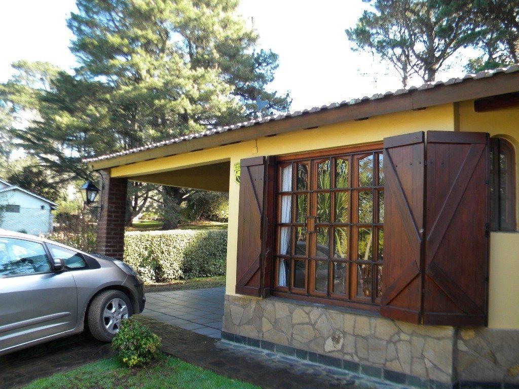 chalet de 3 ambientes en hermoso entorno, con dos baños, garaje quincho, gran parque. gas natural.