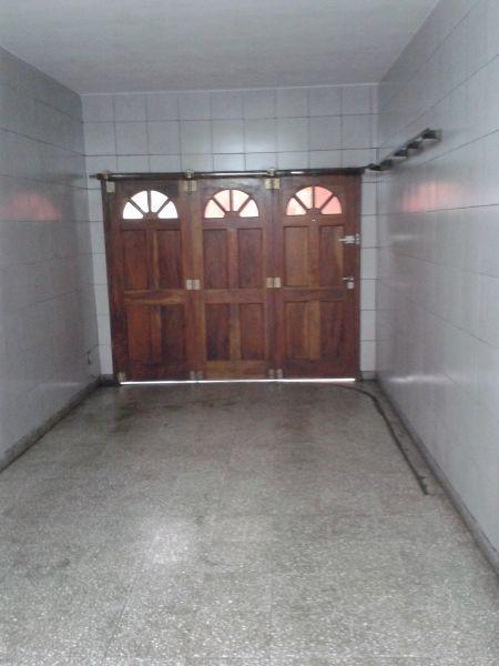 chalet de 5 ambientes con fondo, garage para dos autos y quincho, sobre lote 8.66 x 27.85