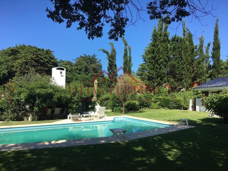 chalet de categoría con gran parque e inmejorable entorno de importantes residencias ¿ excelente estado de conservación.-- ref: 567