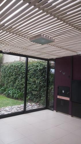chalet de ladrillos a la vista desarrollado en 3 plantas