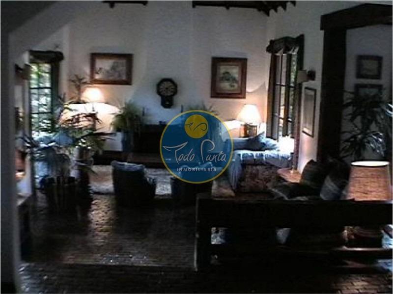 chalet en rincon del indio, buen terreno, 5 dormitorios, 3 baños, cocina, dependencia de servicio. piscina. consulte.-casa en rincón del indio - punta- ref: 4244