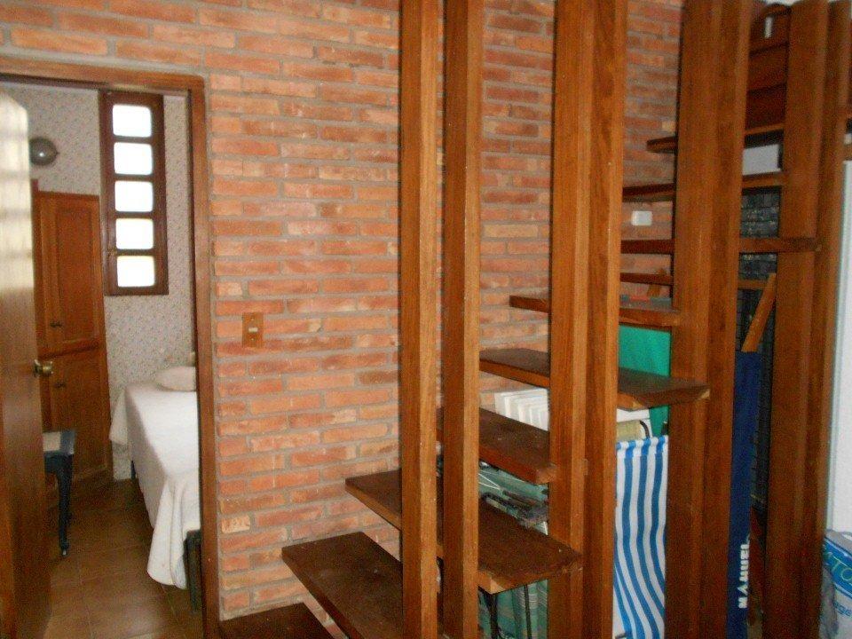 chalet en tres plantas, de 3 dorm, 2 baños compl. dep. lavadero. quincho. jardín y garaje.