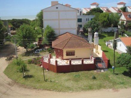 chalet en villa gesell a 2 cuadras del mar. excelente estado
